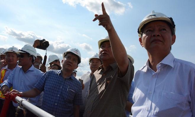 Bí thư Đinh La Thăng kiểm tra công tiến độ thi công tại đập ngăn triều Mương Chuối (huyện Nhà Bè, TP.HCM) chiều 4/2. Ảnh: Phước Tuần.